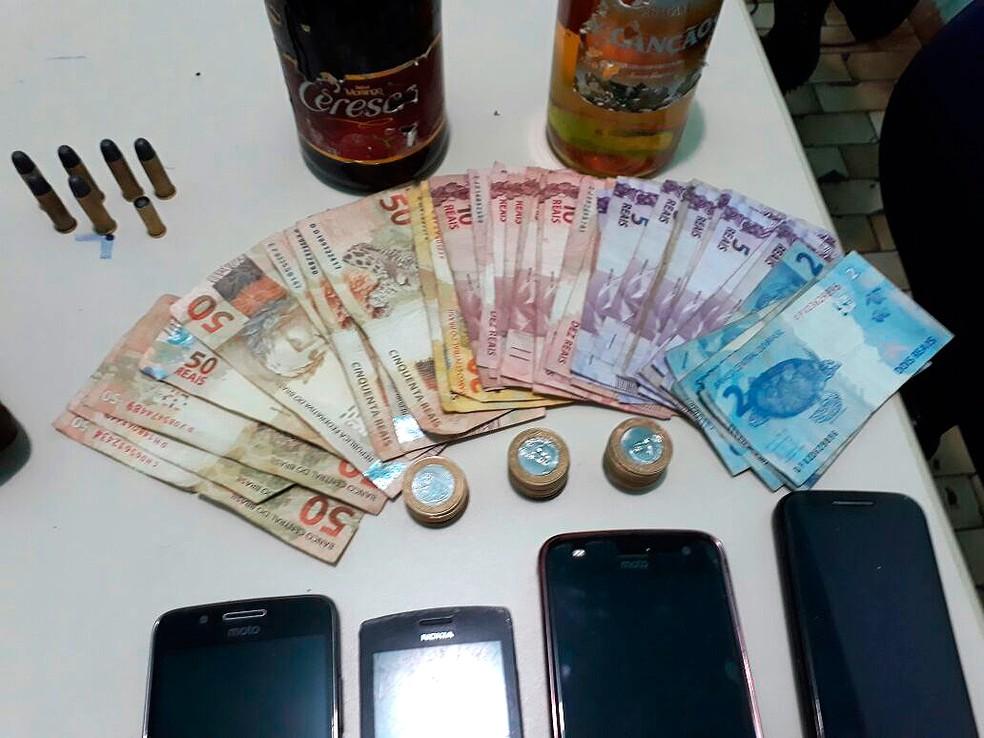 Polícia recuperou dinheiro de supermercado levado por assaltantes (Foto: Divulgação/Polícia Militar de Pau Brasil)