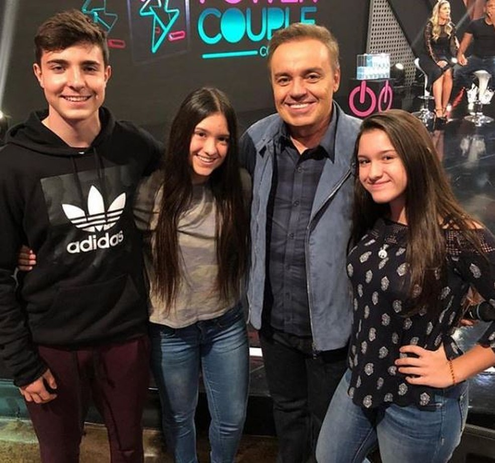 Gugu Liberato posa com os três filhos — Foto: Reprodução: Instagram