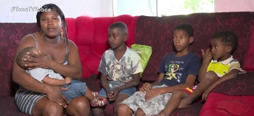 Andrea, os quatro filhos e o marido moram em uma casa humilde de Feira de Santana — Foto: Reprodução/ TV Bahia