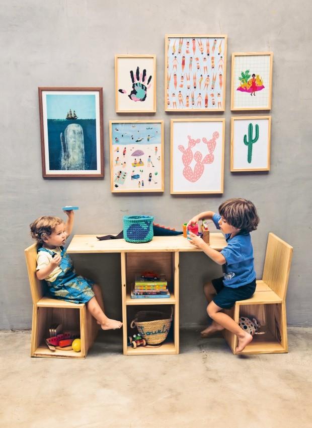 Ora estante, ora minimesa com cadeiras. O móvel da Caju Casa vem com nichos para organizar livros e brinquedos (Foto: Divulgação)