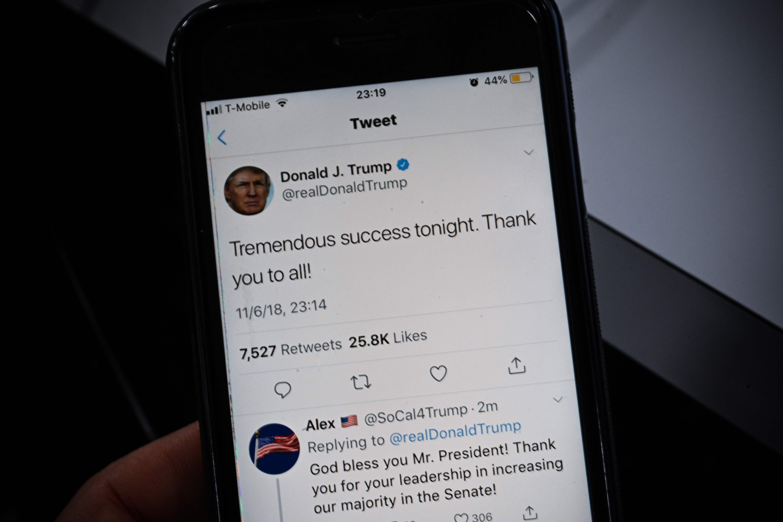 Em tela de celular, tuíte do presidente Donald Trump comemorando 'tremendo sucesso esta noite!' em referência às eleições legislativas de 6 de novembro de 2018