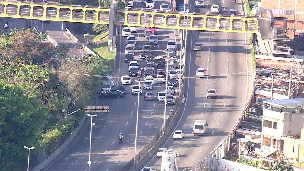 Motoristas tentam voltar pela contramão na Linha Amarela, no Rio de Janeiro — Foto: Reprodução/ TV Globo