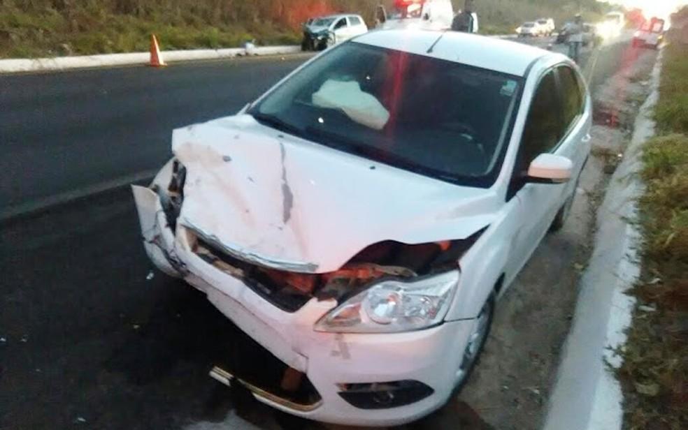 Carros colidiram na madrugada deste domingo (13), na BR-020 (Foto: Matuzalem Guimarães / Info São Desidério)