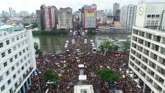 Tradicional bloco Galo da Madrugada reúne multidão nas ruas do Recife
