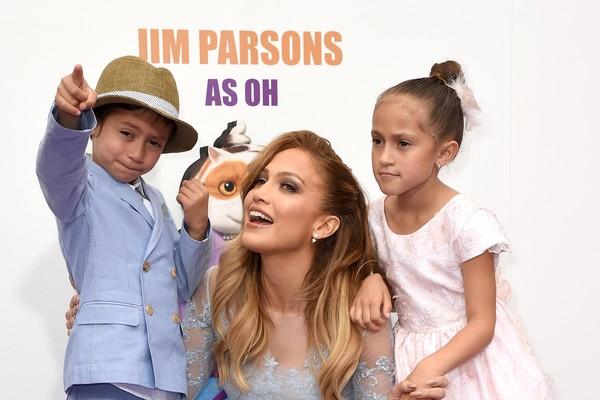 Jennifer Lopez entre os filhos Max e Emme Muñiz (Foto: Getty Images)