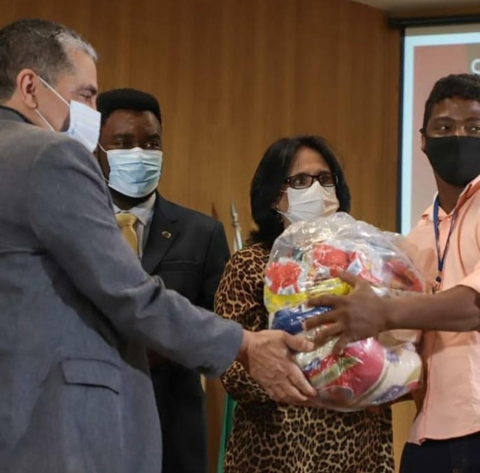 Entrega das cestas básicas foi feita em Montes Claros — Foto: Reprodução/Instagram ministra Damares Alves