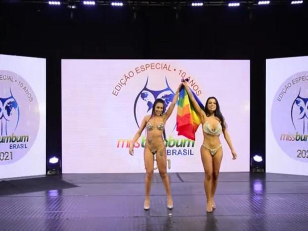 Déia Cavalheiro e Camila Beck no palco do Miss Bumbum 2021 (Foto: Reprodução/YouTube)