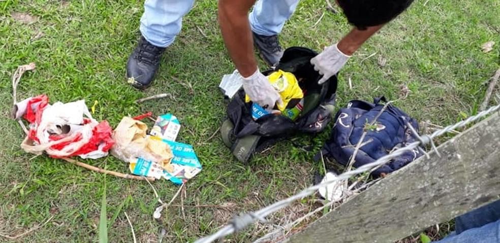 Mochilas com material que seria usado para embalar drogas foi achado próximo ao local do crime — Foto: Divulgação/PM-AC