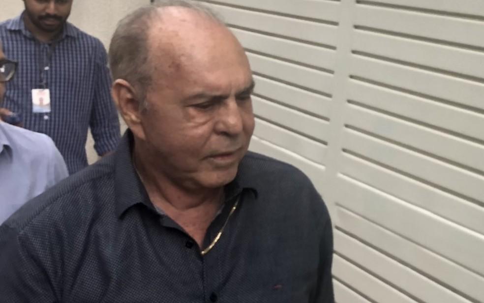 Sebastião Peixoto, presidente afastado do Imas, indo prestar depoimento ao MP-GO sobre suspeitas de fraudes — Foto: Paula Resende/G1