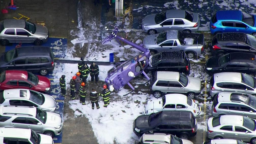 Área onde helicóptero caiu próximo a carros foi tomada por espuma após atendimento dos bombeiros (Foto: Reprodução/TV Globo)
