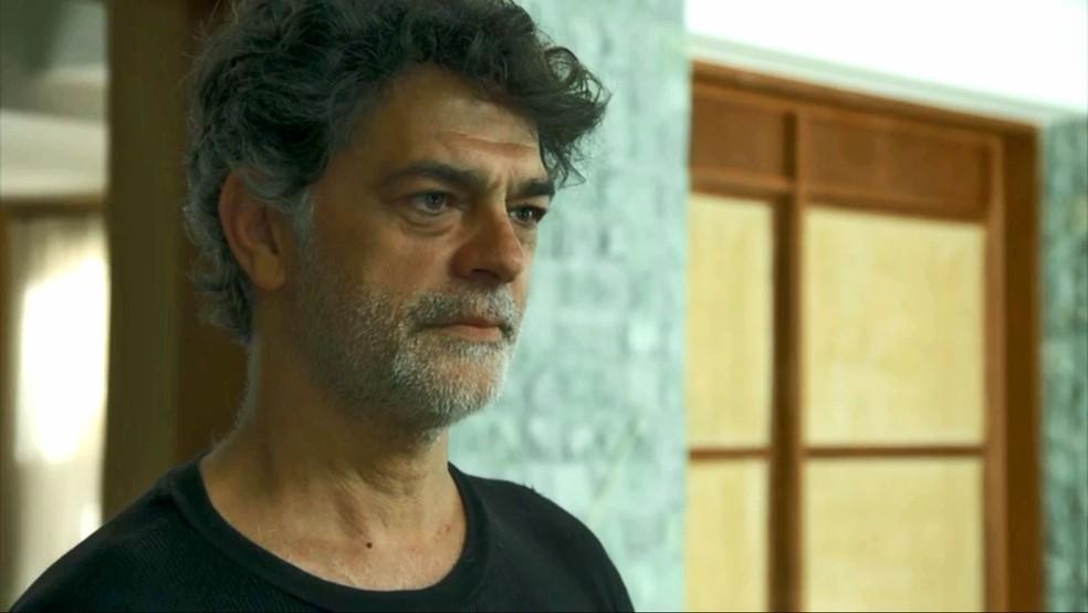 Murilo (Eduardo Moscovis) se apresenta na delegacia para contar o que sabe sobre morte de Milu (Zezé Polessa), em 'O Sétimo Guardião' — Foto: TV Globo