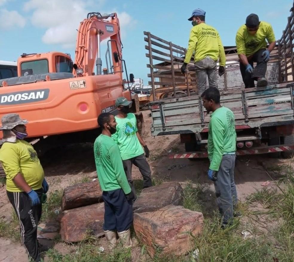 Catadores de Coruripe recebem doação de 3 tonaledas de fardos de borracha, encontrados no litoral do município — Foto: Ascom/ Prefeitura de Coruripe