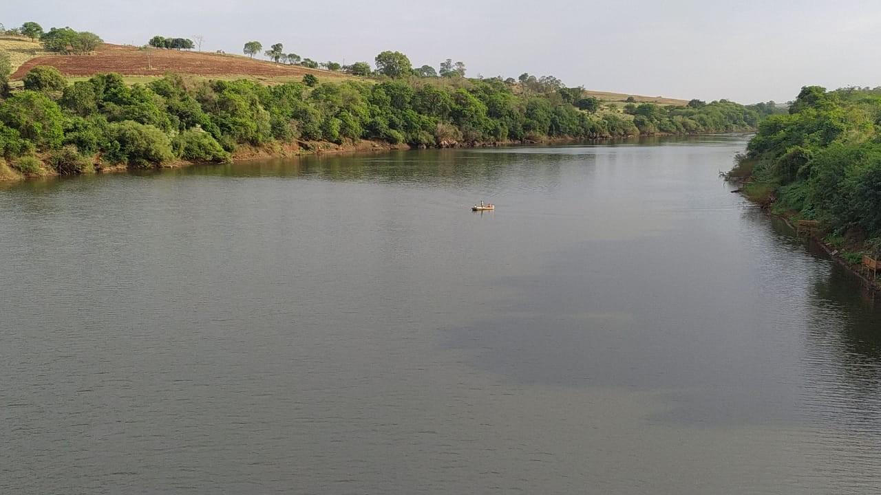 Dois homens desaparecem depois de barco afundar no Rio Piquiri; seis pessoas estavam à bordo