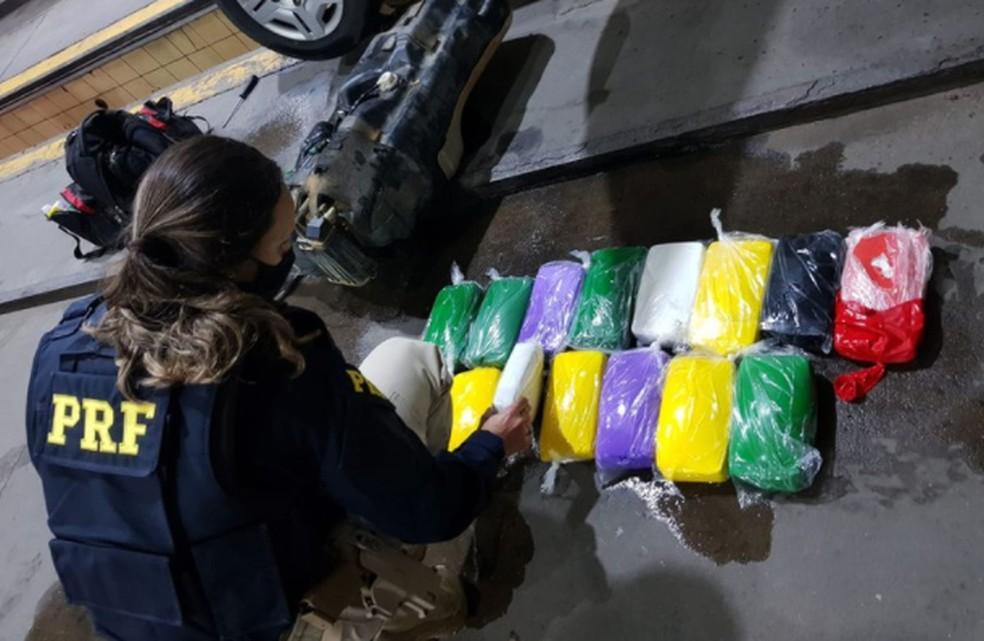 Drogas apreendidas em veículo na BR-235 em Sergipe — Foto: PRF/SE