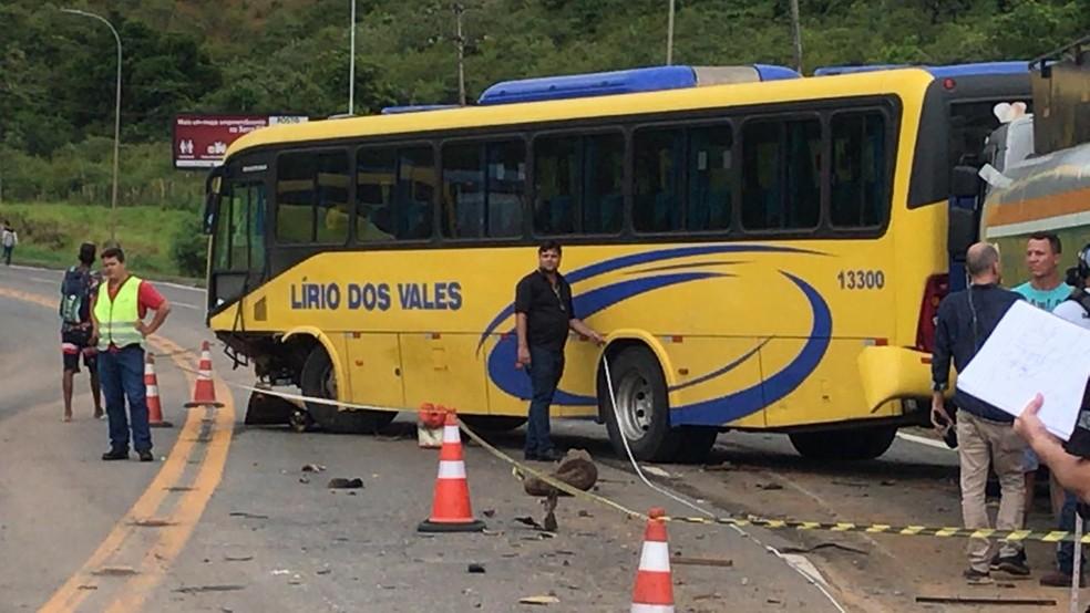 Motorista de um Fiat Uno invadiu a pista contrária e bateu em um ônibus — Foto: Leandro Tedesco