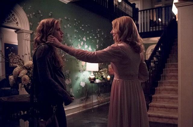 Na TV a série Sharp Objects, estrelada por Amy Adams (à esquerda), confirma a habilidade do produtor Jason Blum para temas sombrios (Foto: Getty Images)
