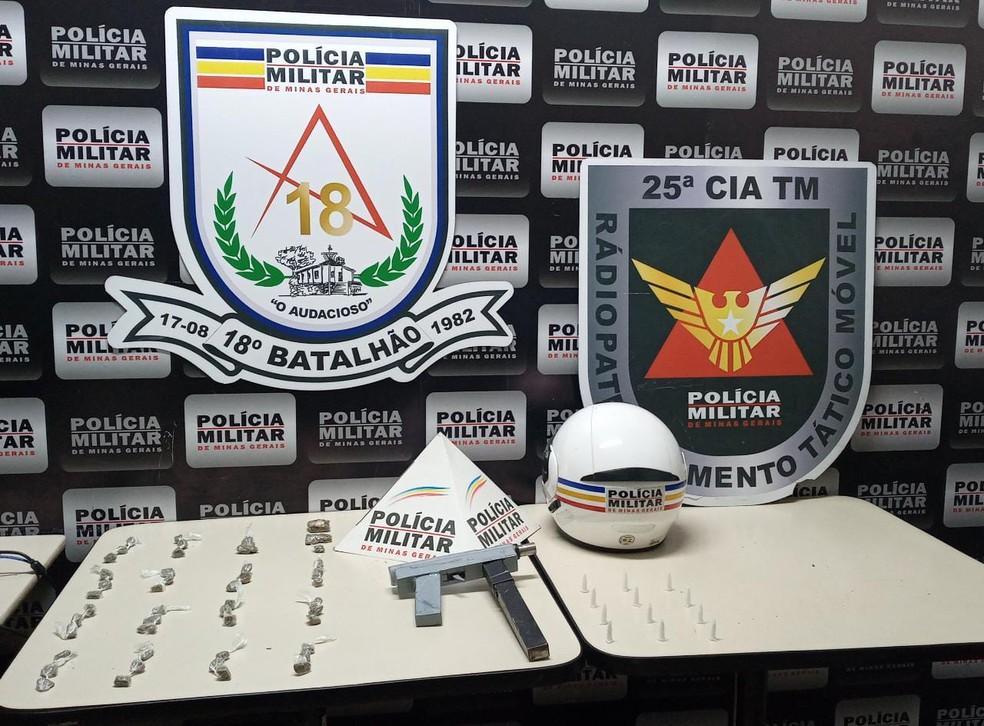 Submetralhadora e drogas apreendidas. — Foto: Polícia Militar/Divulgação