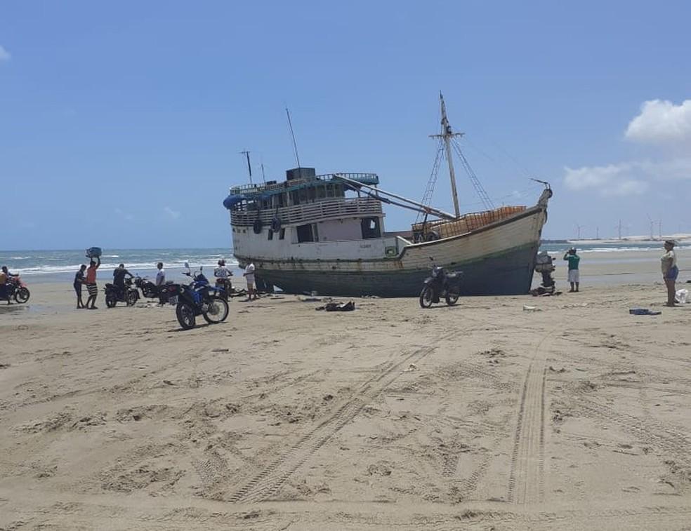 Embarcação com carga de cigarro encalha no Ceará, e tripulação abandona o barco — Foto: Arquivo pessoal