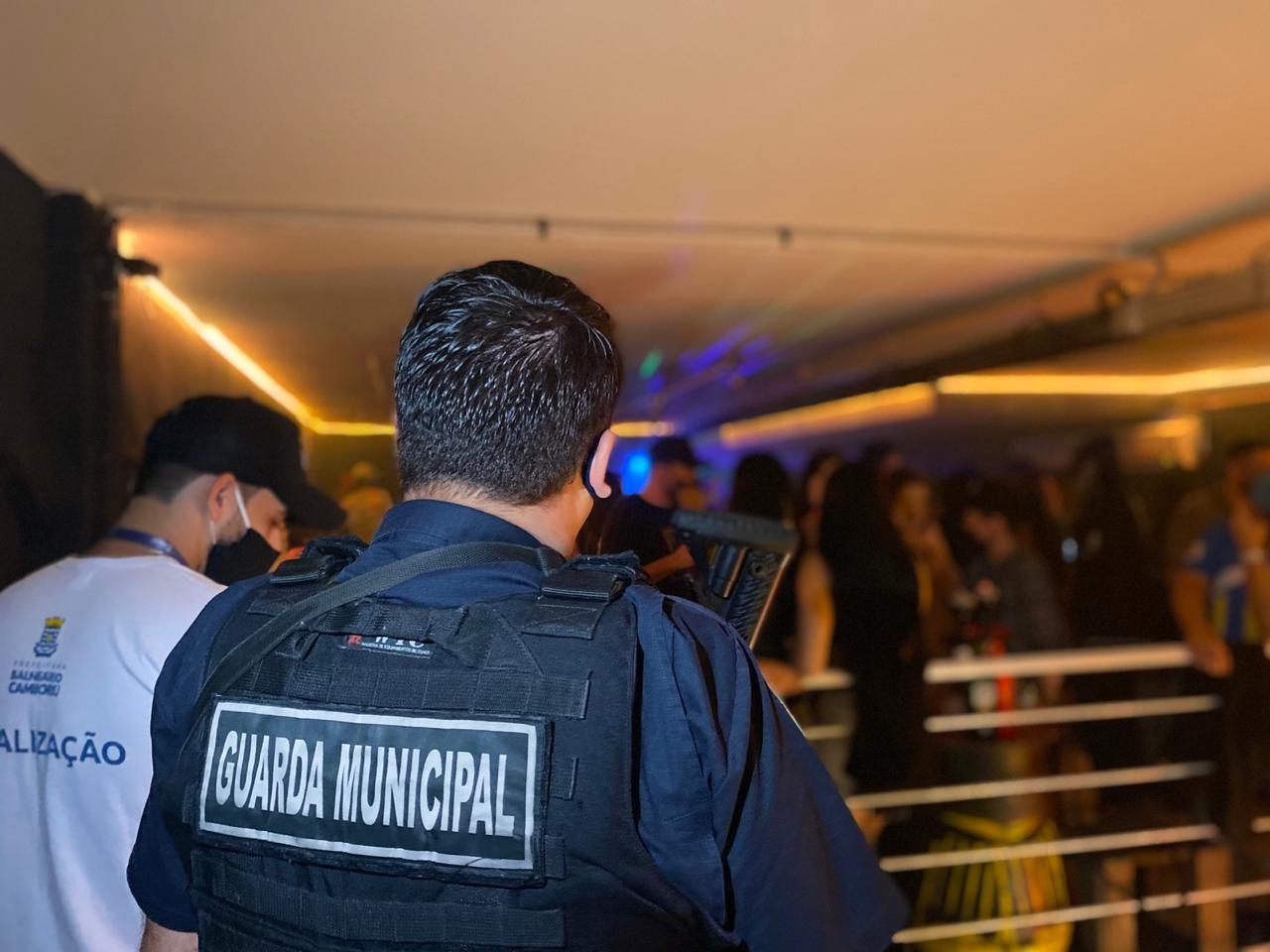 Coronavírus: Balneário Camboriú proíbe uso de narguilé em locais públicos e pessoas em pé em bares