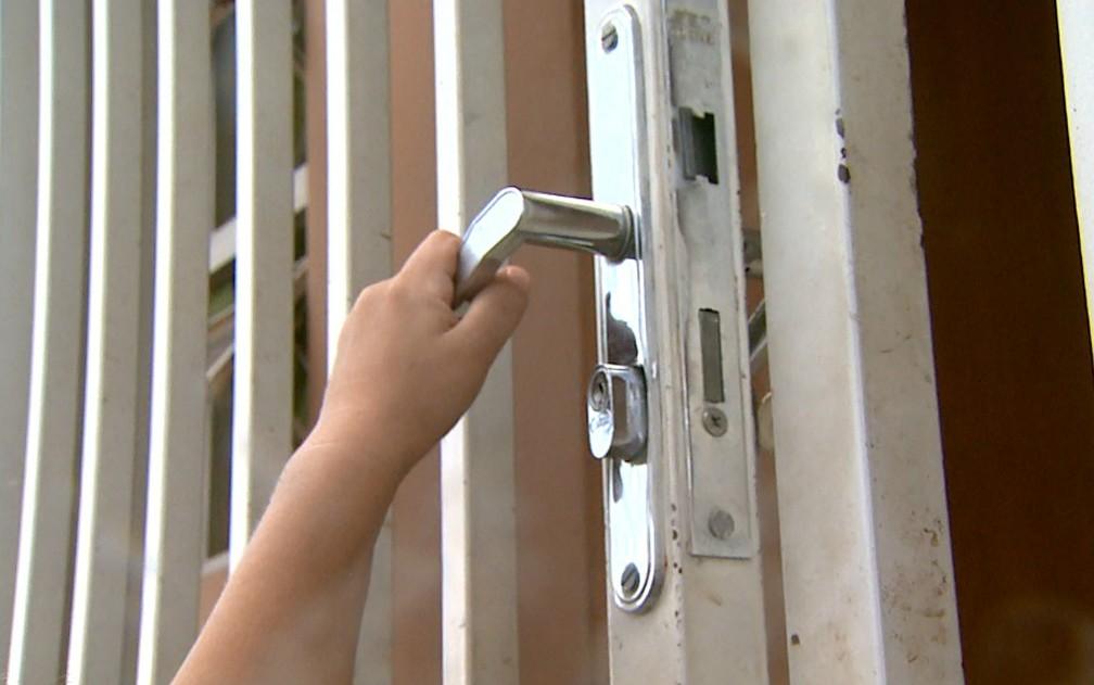 Menino de 2 anos abre o portão da casa onde mora em Cajuru, SP — Foto: Marcelo Moraes/EPTV