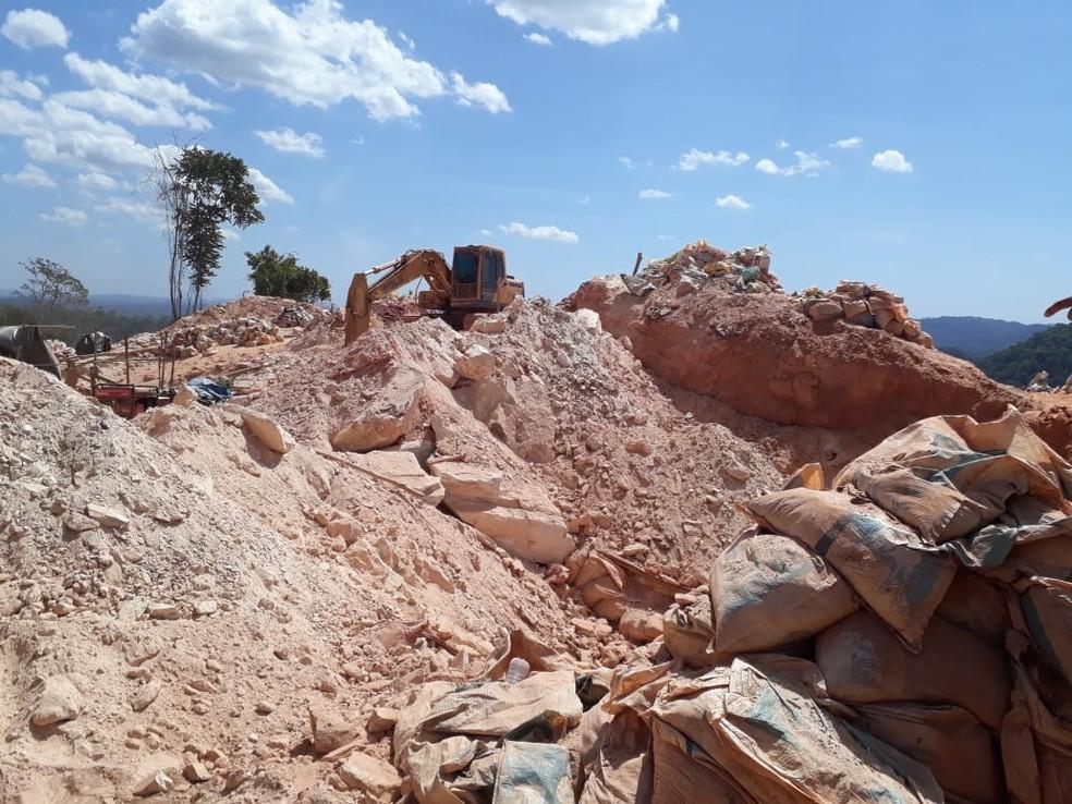 Maquinários e sacos de terra no garimpo ilegal de Aripuanã — Foto: Polícia Civil de Aripuanã(MT)
