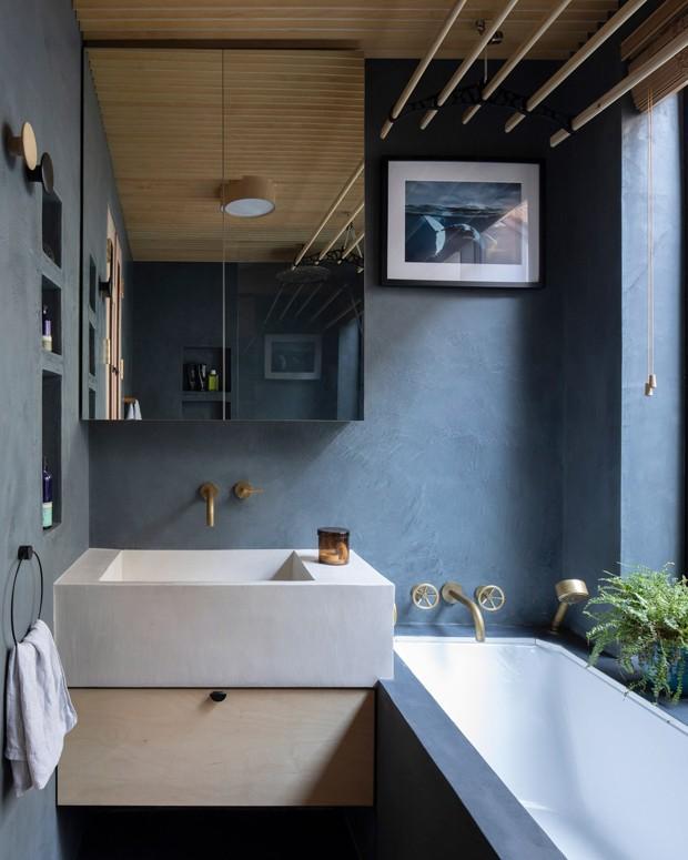 Décor do dia: banheiro com piso e paredes azuis e teto de madeira