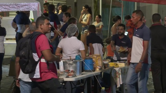Voluntários e doações chegam ao local do desabamento em Fortaleza