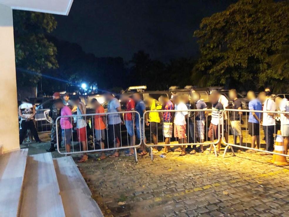 Festa acabou com 34 suspeitos levados para a Central de Flagrantes da Delegacia de Plantão da Zona Sul de Natal — Foto: PMRN/Divulgação