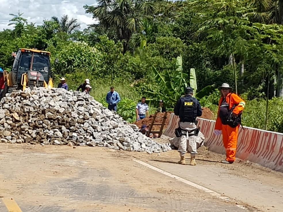 DNIT e PRF trabalharam no local para recuperar a via o mais rápido possível. — Foto: Divulgação/PRF