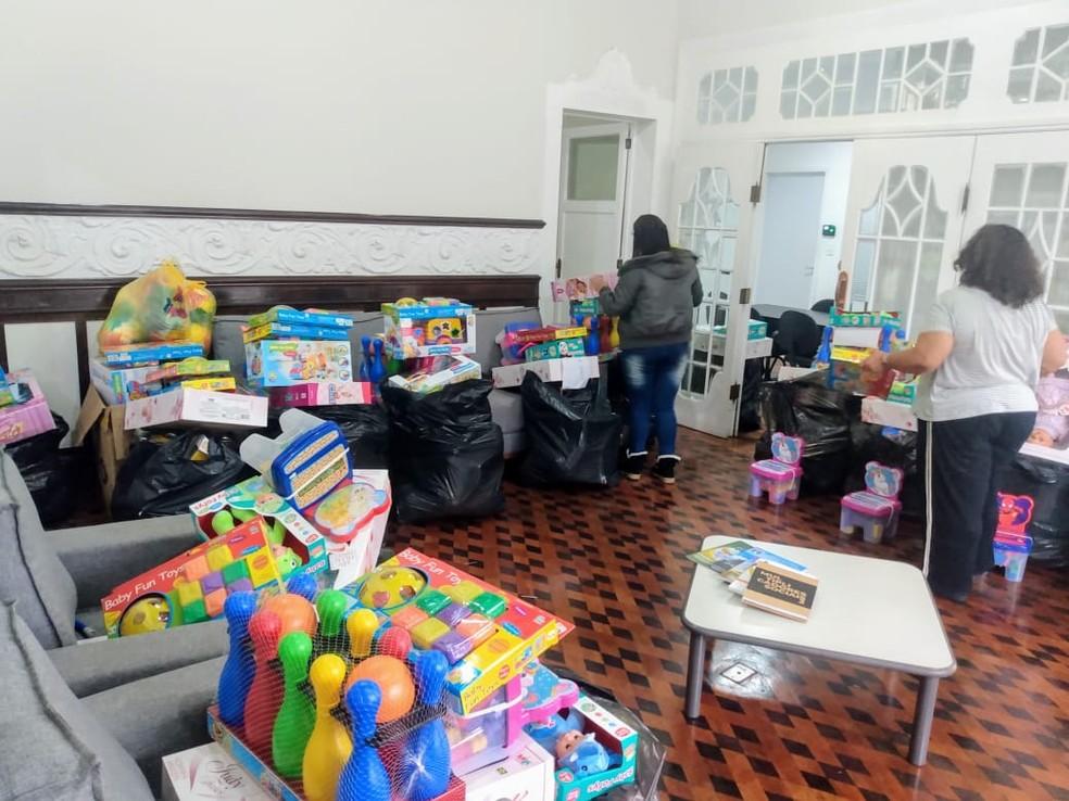 Brinquedos arrecadados passaram por triagem para serem embalados e entregues a crianças em comunidades de Petrópolis — Foto: Divulgação/Prefeitura