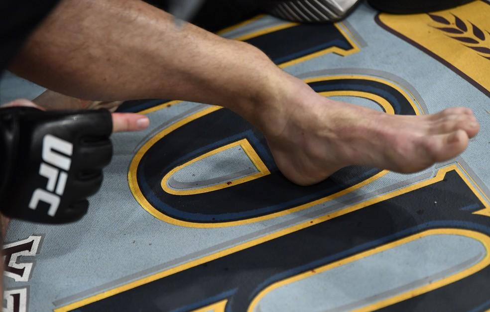 Tornozelo fraturado de Conor McGregor no UFC 264 — Foto: Getty Images