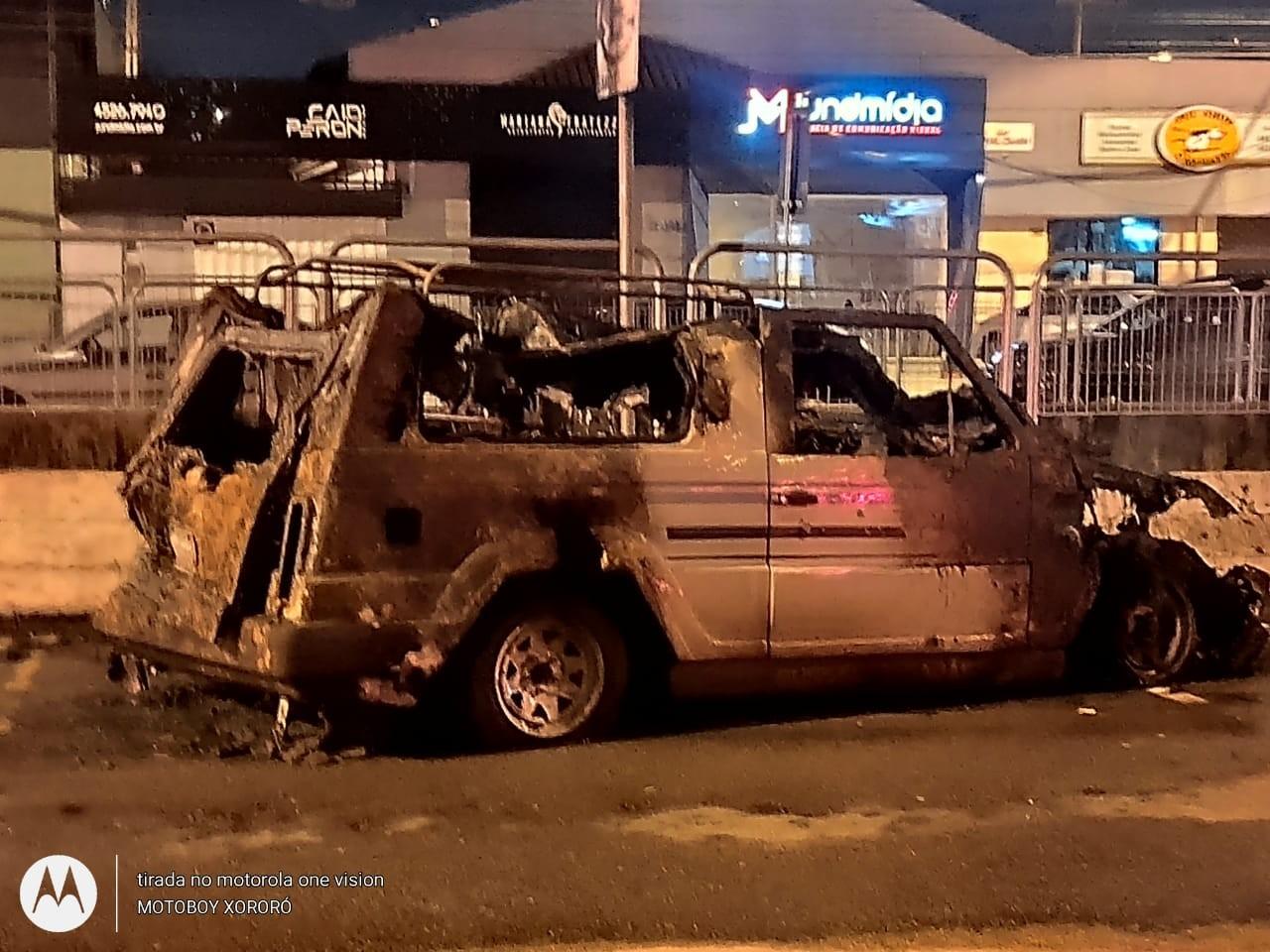 Carro pega fogo na Avenida Doutor Odil Campos Saes em Jundiaí