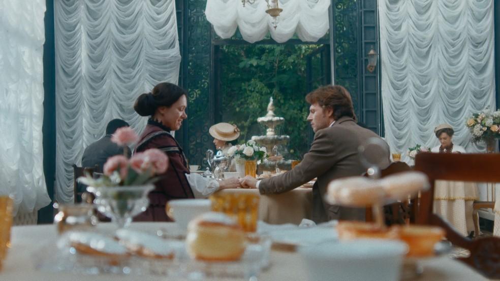 Celstina (Bel Kutner) e Nino (Raffaelle Casuccio) se encontram em 'Nos Tempos do Imperador' — Foto: Globo