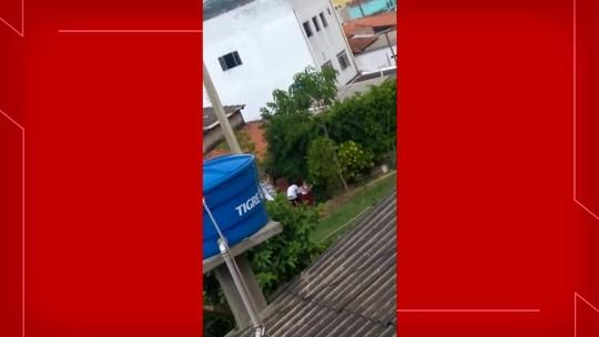 Homem é preso pela PM após ser flagrado batendo na esposa com pedaço de pau no DF; vídeo