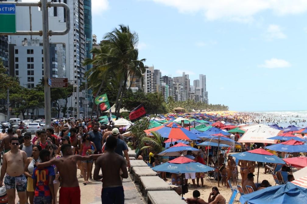 Na Avenida Boa Viagem, no Recife, pessoas sem máscara circulavam nesta segunda (7) — Foto: Marlon Costa/Pernambuco Press