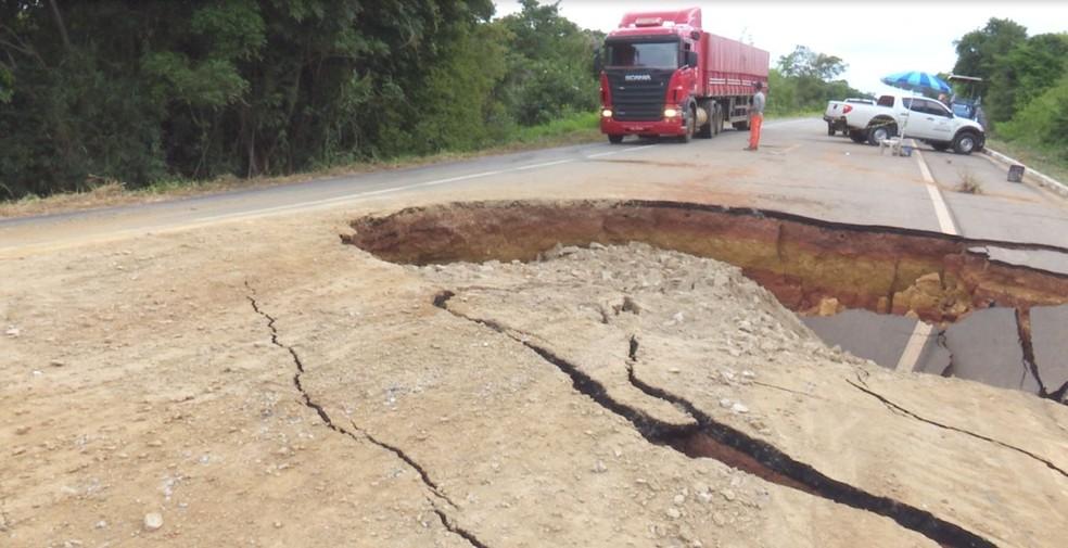 -  Trânsito foi liberado parcialmente na BR Isaac Bennesby  Foto: Rede Amazônica/Reprodução