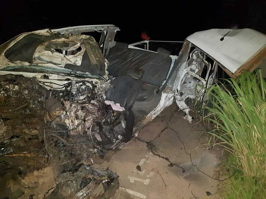 Com o impacto da batida, Claudimir José Wockel, 54 anos, motorista da caminhote, morreu no local.  — Foto: Polícia Rodoviária Federal
