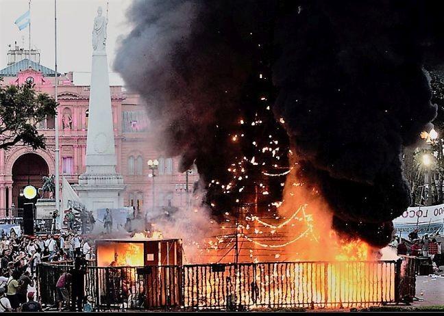 No centro da Plaza, em frente à Casa Rosada, uma enorme arvore de Natal ardia em chamas (Foto: TN / Arquivo )