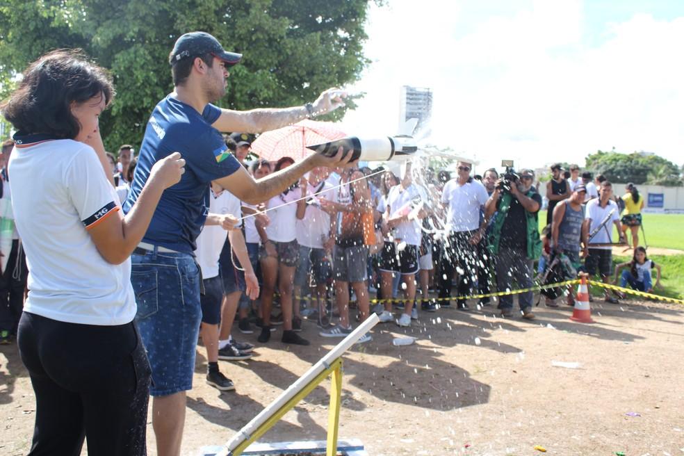 Instrutor precisa intervir no lançamento de foguete de estudante de Porto Velho na fase estadual da 13ª Mobfog.  — Foto: Pedro Bentes/G1