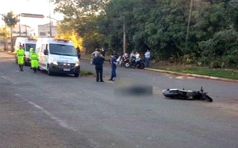 Motociclista morreu no local do acidente com o caminhão (Foto: TV Local Jahu/Divulgação)