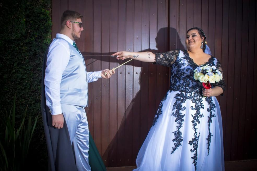Os noivos Ariana e Bruno, escolheram se casar em um dia 'literalmente mágico' — Foto: Fabio Ozuna/Reprodução