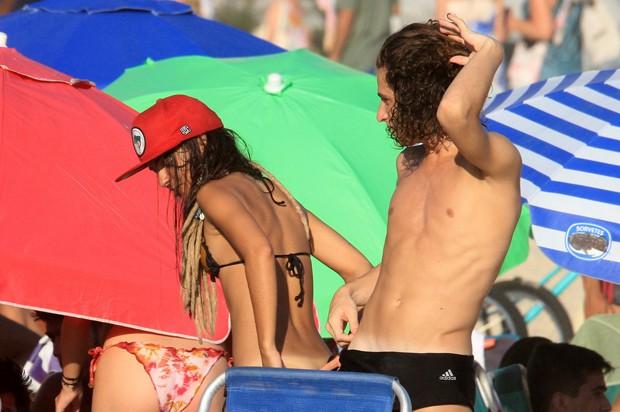 Pally Siqueira curte praia e compara marquinha com amigo (Foto: Julio Cesar / AgNews)