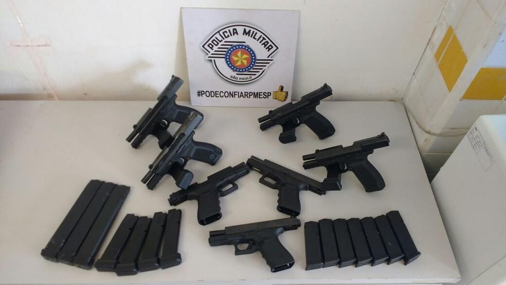 Pistolas e carregadores foram apreendidos pela polícia (Foto: Divulgação/Polícia Rodoviária)