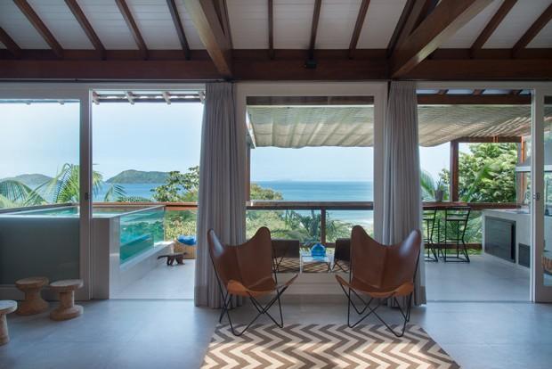 Uma casa de praia com direito a piscina transparente e bondinho (Foto: divulgação)