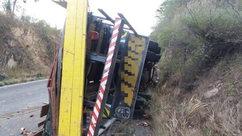 Veículo tombou no acostamento e causou bloqueios no trânsito — Foto: Polícia Rodoviária Federal/Divulgação