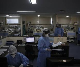 Médicos e enfermeiros na UTI do Hospital Pedro Ernesto   Alexandre Cassiano / Agência O Globo
