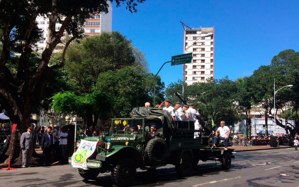 Veteranos do exército desfilam em Salvador (Foto: Henrique Mendes/G1)
