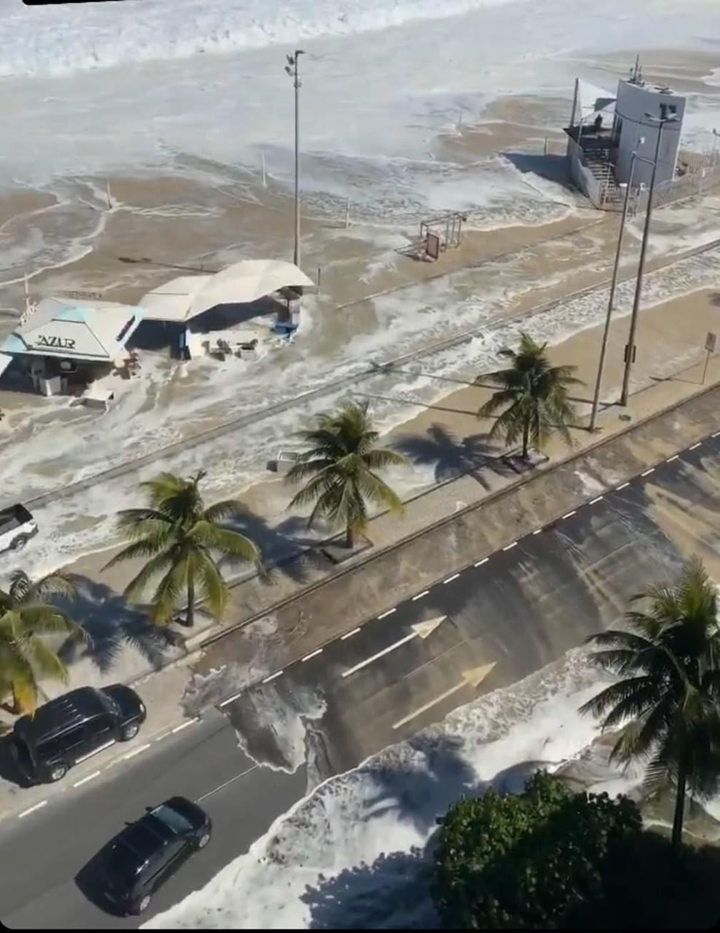 Mar invadiu calçadão e área de quisques no Leblon — Foto: Reprodução/Redes Sociais