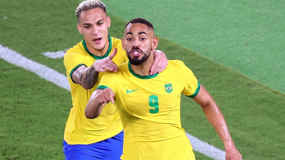 Matheus Cunha comemora gol do Brasil com Antony na final do torneio masculino de futebol das Olimpíadas de Tóquio  — Foto: REUTERS/Stoyan Nenov