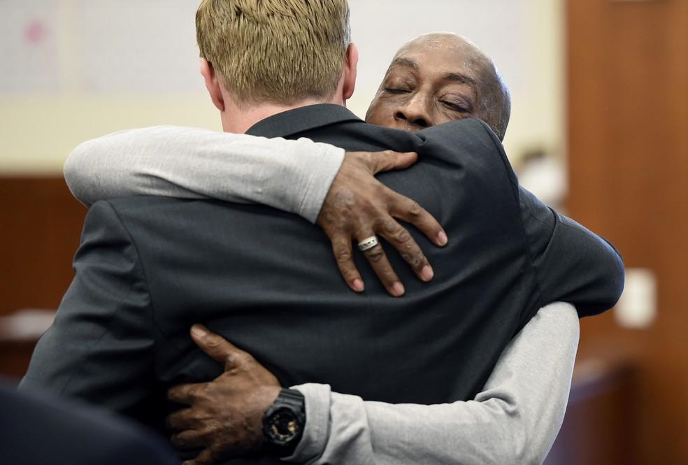 Dewayne Johnson, diagnosticado com câncer, abraça um de seus advogados após veredito de tribunal em San Francisco (Foto: Josh Edelson/Pool Photo via AP)
